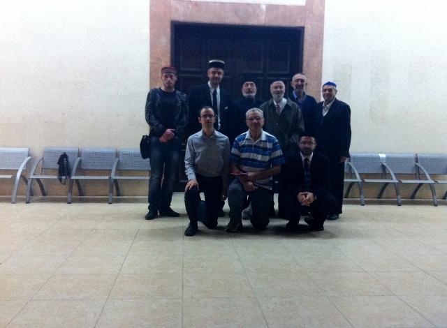 משתתפי הפגישה בחזית בית הכנסת באשדוד